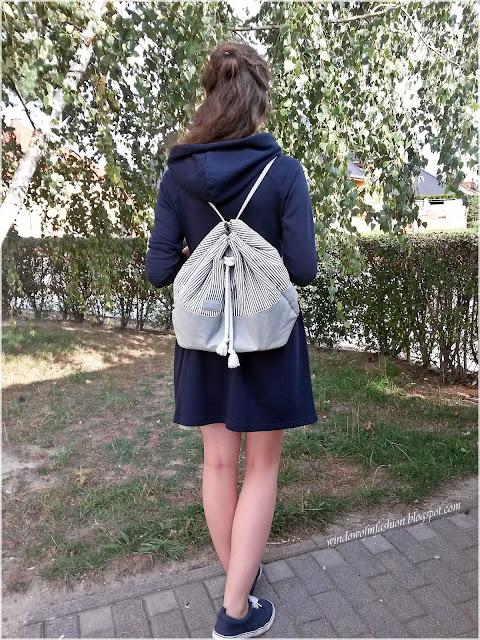 Sportowa sukienka Cropp, granatowe tenisówki Auchan, plecako- worek Diverse