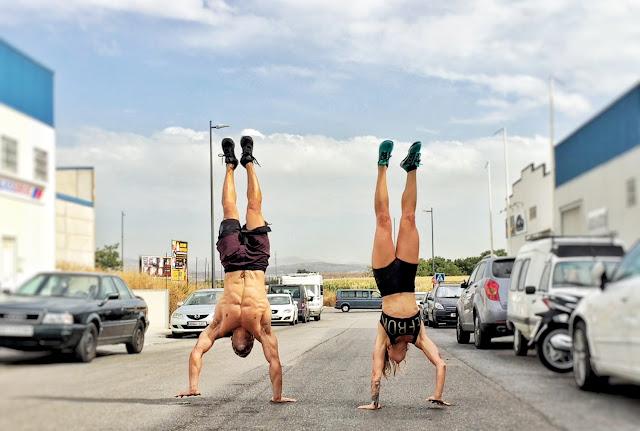 Maria y Diego de 1000FITMEALS andando haciendo el pino en la calle