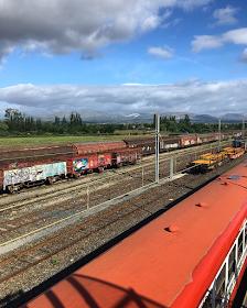 vue du dessus style urbex train rouge et rails en gare de Rivesaltes