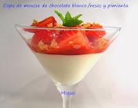 Copa de mousse de chocolate blanco, mascarpone, fresas y pimienta