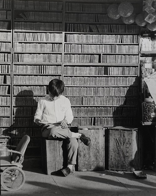 "Foto: Yau Leung - ""Streetside Library (O'brien Road, Wan Chai)"", 1961. // imagenes chidas, historicas, bellas, hong kong antiguo, blanco y negro, cool pictures, vintage photos."