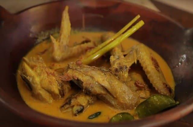 Menggunakan resep warisan nenek moyang, Lodho Ayam wajib kamu cicipi ketika singgah ke Surabaya atau daerah manapun di Jawa Timur