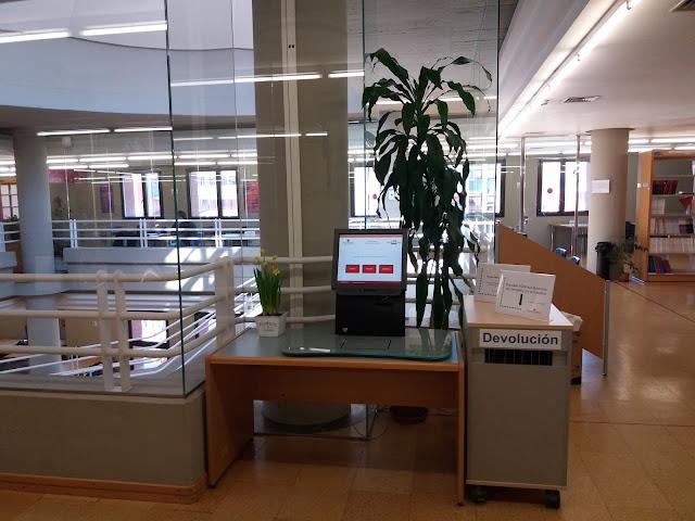 Máquina autopréstamo en la sala 3 de la Biblioteca de Derecho