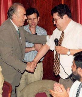 Ramón Crusi Moré en 1998 recibiendo la insignia de plata