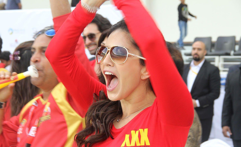 La star du porno Sunny Leone porte une chemise de Xxx pendant un match de Ccl - Hd-8179