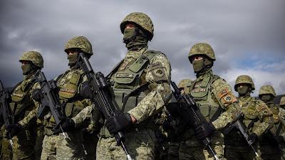 Los miembros de la Fuerza de Seguridad de Kosovo participan en un ejercicio de campo de la OTAN en la aldea de Nashec cerca de la ciudad de Prizren, 27 de octubre de 2016.