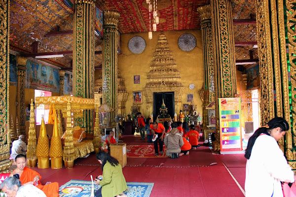 All'interno del tempio Wat Si Muang a Vientiane