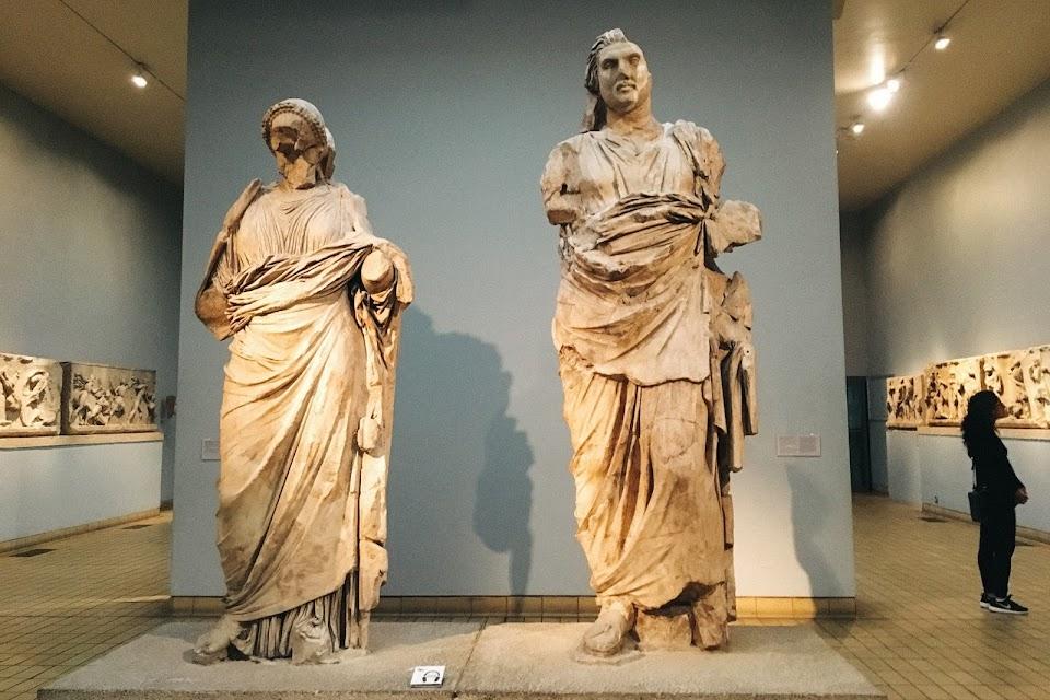 マウソレウム出土の巨大な彫像