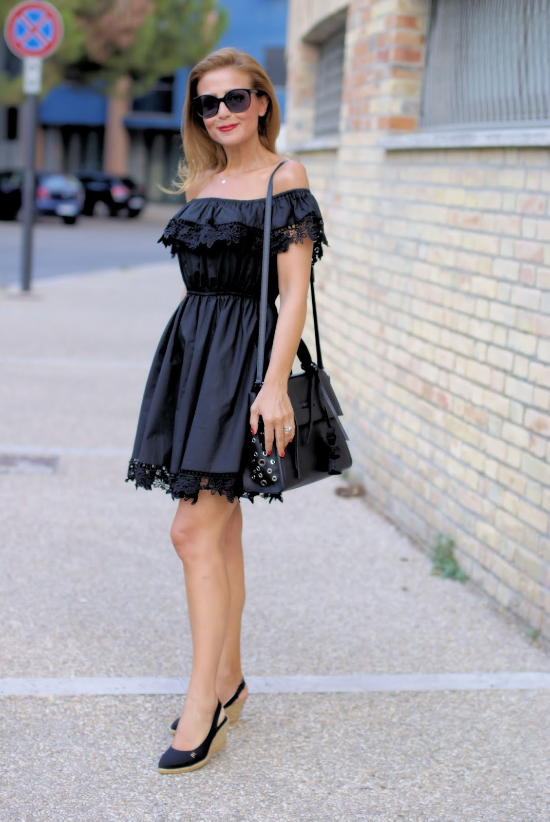 How to style wedge espadrilles: Viscata and total black outfit idea on Fashion and Cookies fashion blog, fashion blogger