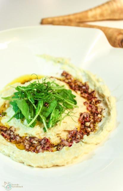 Brei aus Pastinaken mit frischer Mohn-Zwiebel-Salsa
