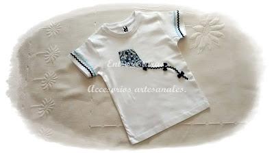 Camiseta cometa blanco y marino. Entrecosturas. Accesorios artesanales.