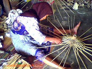 Pengrajin kerangka atau rangka payung geulis Tasikmalaya