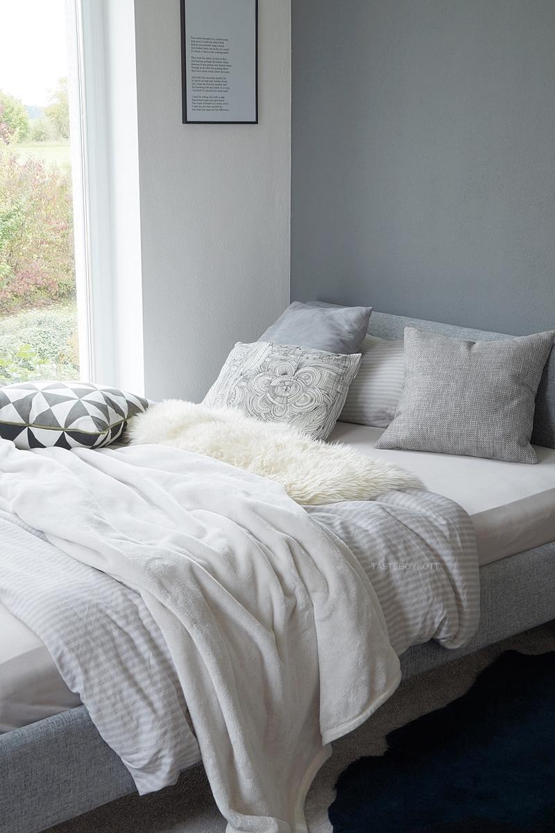 Schlafzimmer im Herbst einrichten und dekorieren in Grautönen und Weiß, mit vielen Wohntextilien für eine gemütliche Atmosphäre