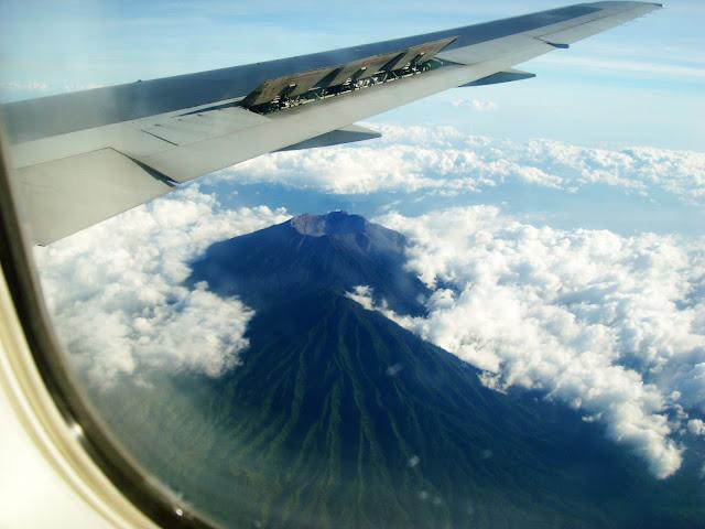 На фото - визитная карточка Бали - вулканы, Индонезия