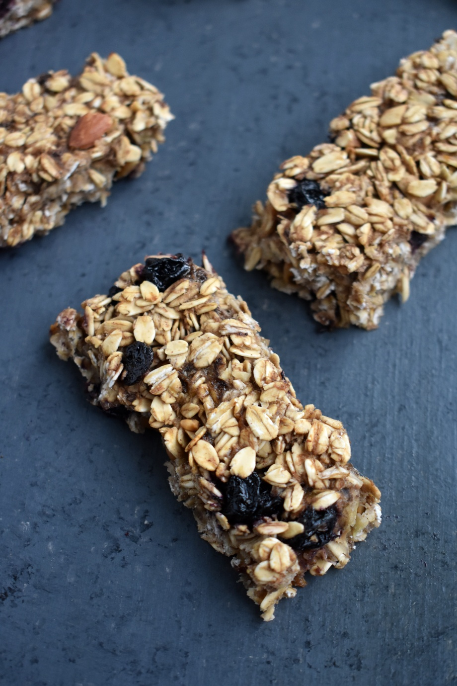 Easy Banana Granola Bars have zero added sugar and are loaded with fiber, whole-grains and protein for a healthy snack that kids and adults will love! www.nutritionistreviews.com #bananas #snack #healthy #granolabars #cleaneating #oats