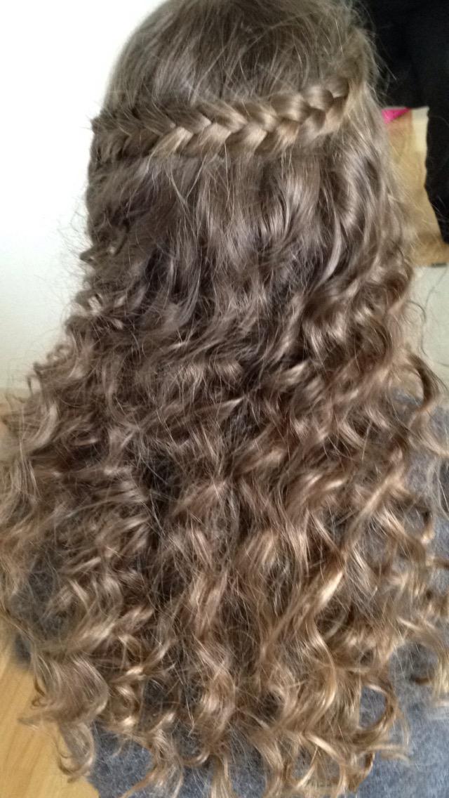 krøllet hår med fletning