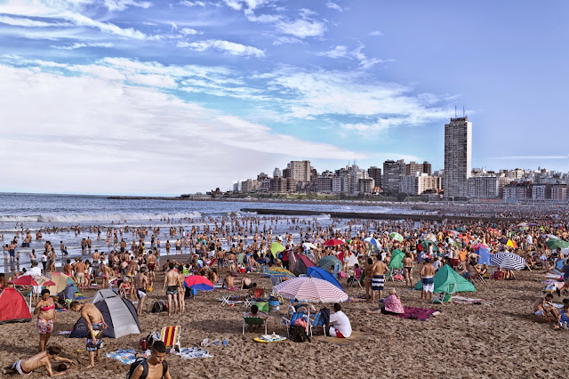 Gente en la playa de Mar del Plata
