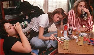 दारू के नशे में लड़कियां कुछ ऐसी हरकतें करती हैं जिन्हें देख आप अपनी हंसी नहीं रोक पाएंगे. दरसल यह कुछ ऐसी तस्वीरें हैं जन्हें देख आपकी इस बारे में गलत फैमि दूर हो जायेगी की दारू सिर्फ लड़के ही पीते हैं.