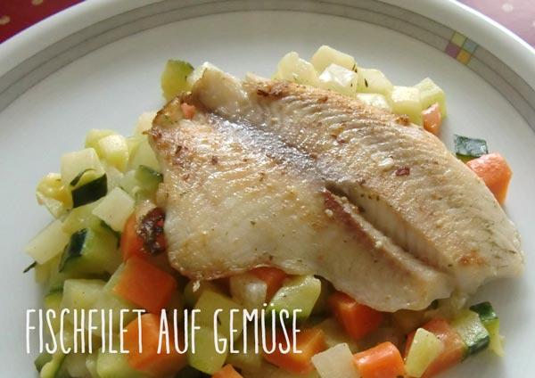 Teller mit Fischfilet auf Gemüse