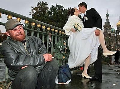 Verliebtes Brautpaar küsst sich lustig