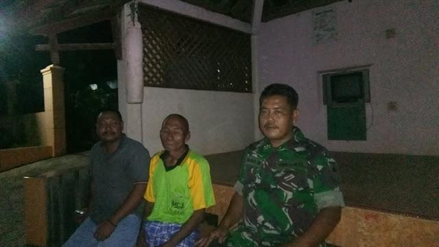 Pantau Ketertiban dan Keamanan Desa Binaan, Babinsa Banyumanis Laksanakan Patroli Pos Kamling