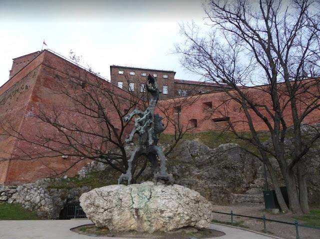 statua del drago sotto la collina di wawel