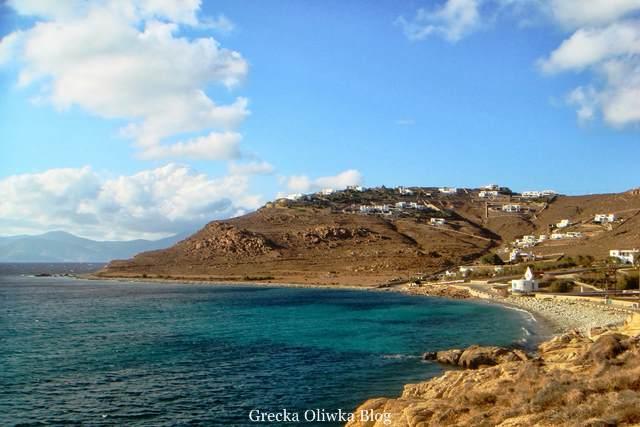 Grecka panorama: błękitne morze, góry, białe domki Mykonos Grecja Choulakia