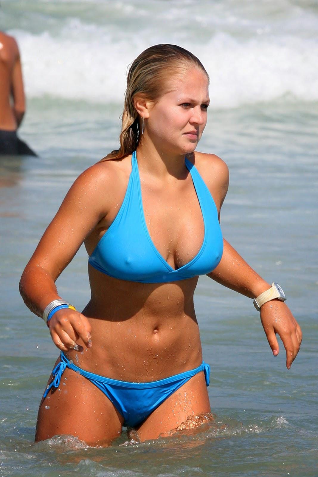 Фото на пляже торчат соски из купальника