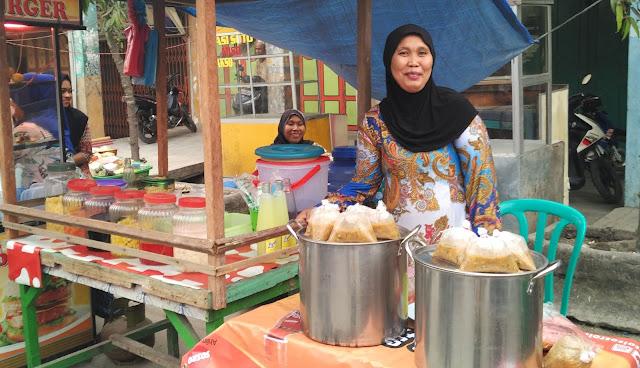Salahseorang penjual bubur pedas di Tanjungbalai.