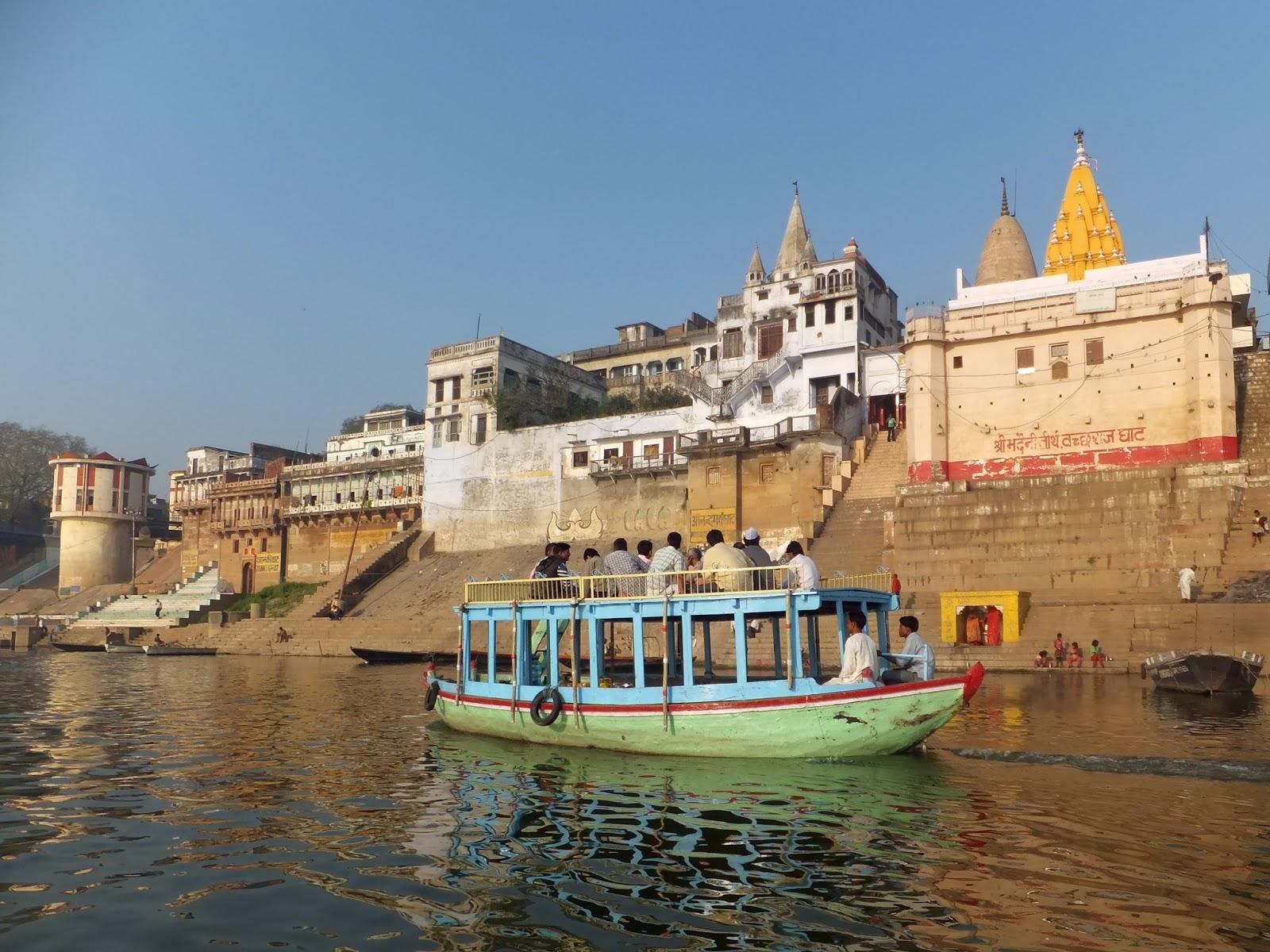 индусы плывут на втором этаже лодки