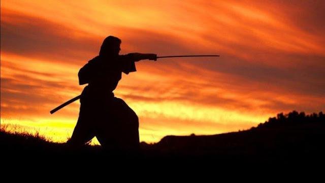Tom Cruise katana al viento en un fotograma de El último samurái (2003)