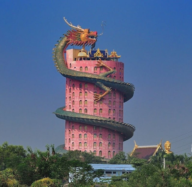 龍に襲われた建物?タイにちょっと変わった寺院【c】