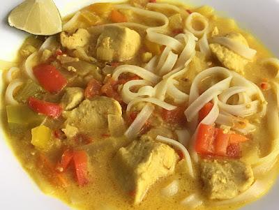 Zupa z makaronem ryżowym i kurczakiem