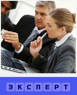 мужчина с женщиной перед ноутбуком в качестве экспертов