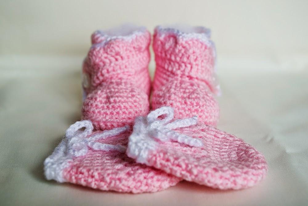 Botitas y mitones de lana para bebé de ganchillo