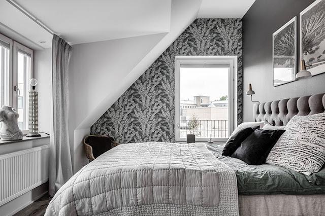 dormitor in gri la mansarda