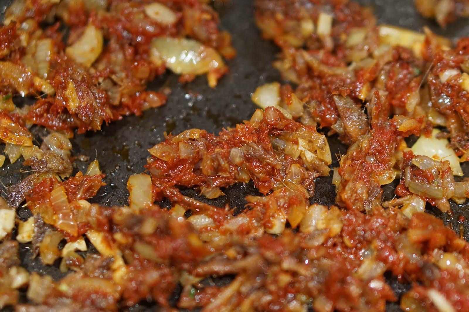Tomatenmark mitrösten - Pasta Puttanesca