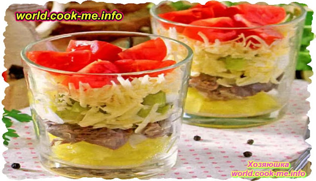Слоеный салат с говядиной, сыром и маринованными огурцами
