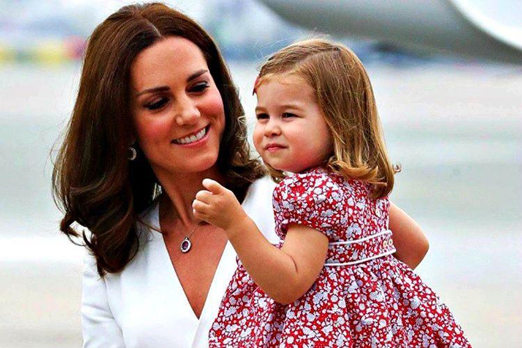 Çocuklarla fotoğraf çektirirken önünüzü kapatmayın, çocuğu daima elbiseniz görünecek şekilde tutun.