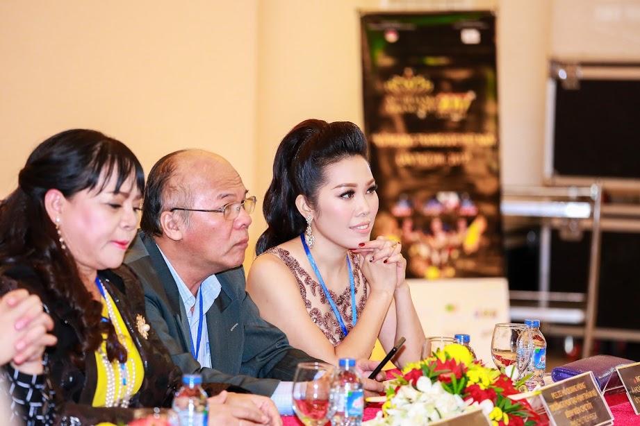 Á hoàng Thụy Oanh khoe dáng gợi cảm ngồi ghế giám khảo Nữ hoàng trang sức 2017