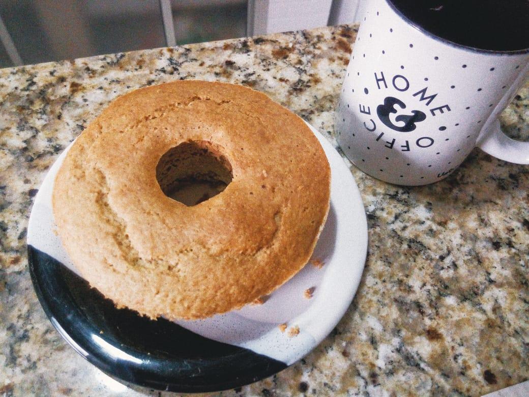 Sirva quentinho: bolo de amendoim com coco (versão saudável) - Thamy Almeida