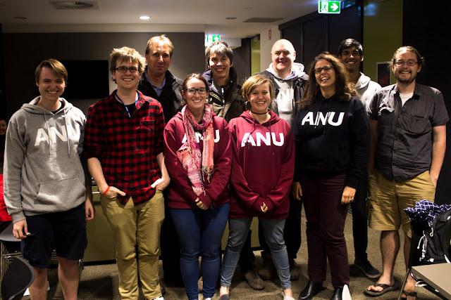 Pesquisadores da Universidade Nacional da Austrália posam para a BBC, juntamente com os astrônomos Chris Lintott, Brian Cox e Dara O'Brien