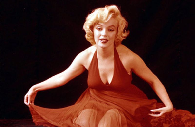 behind the scenes photos of marilyn monroe playfully poses