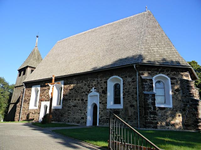Kościół został wybudowany z kamieni polnych i rudy darniowej.