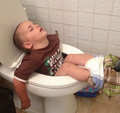 Begini Enaknya Jadi Balita, Tidur Dimana Aja Gak Masalah !