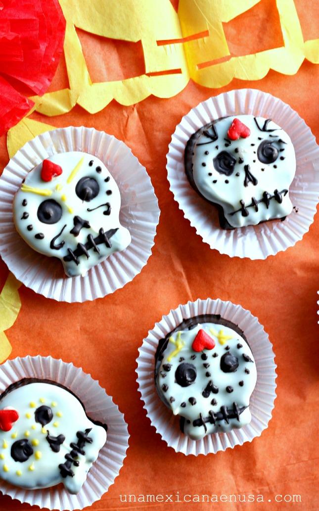 Calaveritas hechas con galletas de chocolate para el Día de muertos by www.unamexicanaenusa.com