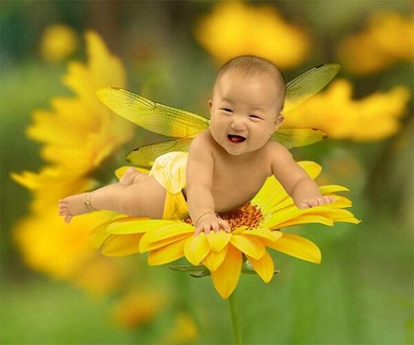 Photo de bébé dans une fleur