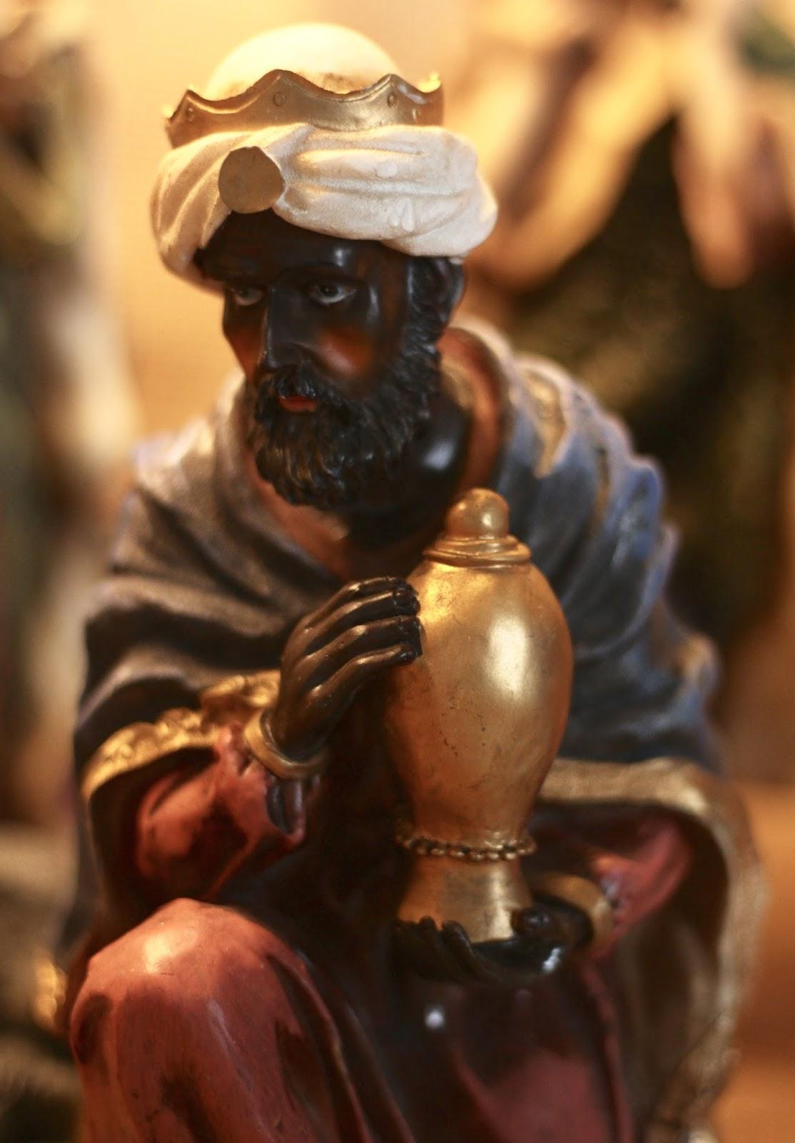 Selbst gebaute Weihnachtskrippe mit Figuren aus Polyresin oder Kunstharz: Heiliger Schwarzer König