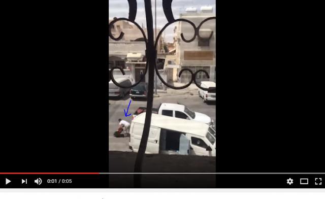 خطير جدا لحظة سرقة 9 ملايين ريـال من سيارة نقل أموال بالسعودية  شاهدوا ماذا فعلوا جرأة غير عادية في وضح النهار !!