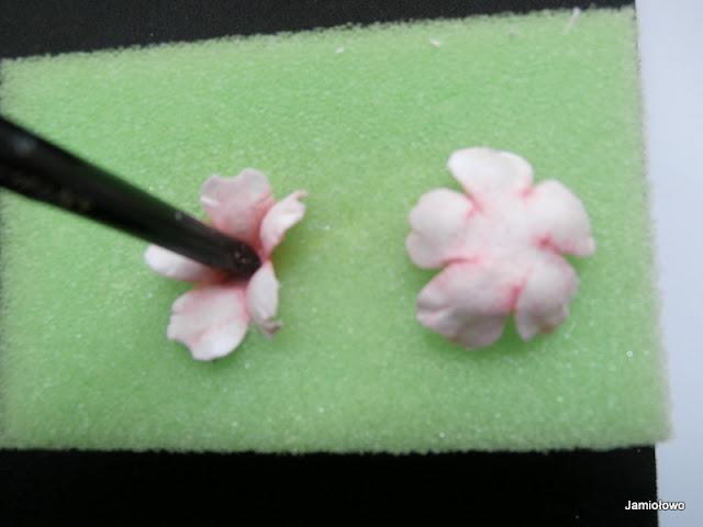 kolejne wgniecenie w celu uformowania środka róży